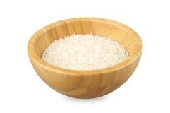 Cuvette partiellement remplie avec du riz cru Images libres de droits