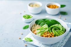 Cuvette rôtie de Bouddha de concombre d'avocat de quinoa d'épinards de pois chiches Image libre de droits