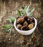 Cuvette remplie d'olives noires Images libres de droits