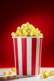 Cuvette remplie de maïs éclatés pour la soirée cinéma Photographie stock libre de droits
