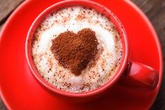 Cuvette rouge avec le cappuccino et le coeur Images libres de droits