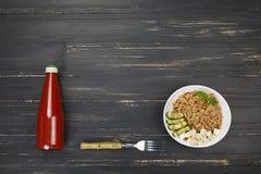 Cuvette saine, céréale, gruau, blé de ND d'orge de mélange, ketchup, noir, table en bois L'espace libre pour le texte Copiez l'es Image libre de droits