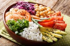 Cuvette saine délicieuse de Bouddha avec des crevettes, légumes frais, ch image stock