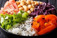 Cuvette saine délicieuse de Bouddha avec les légumes frais, pois chiches a photographie stock libre de droits