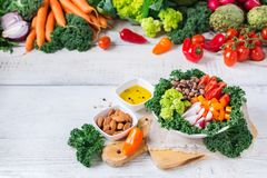 Cuvette saine de Bouddha de vegan avec des feuilles et des légumes crus de chou frisé photographie stock