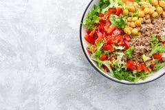 Cuvette saine et délicieuse avec du sarrasin et la salade du pois chiche, du poivre frais et des feuilles de laitue Foo basé sur  photographie stock libre de droits