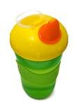 Cuvette sippy en plastique, verte avec le cache jaune Photographie stock libre de droits
