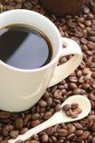 Cuvette sur des grains de café Image libre de droits