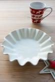 Cuvette, tasse de Noël et étoile vides Image libre de droits