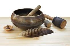 Cuvette tibétaine de chant sur une table en bois Photos libres de droits