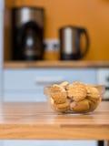 Cuvette transparente avec des biscuits Photo stock
