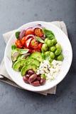 Cuvette végétale méditerranéenne avec du feta et des olives images libres de droits