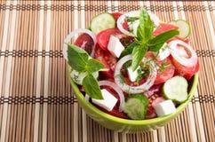 Cuvette verte avec la nourriture végétarienne savoureuse et saine Photographie stock libre de droits