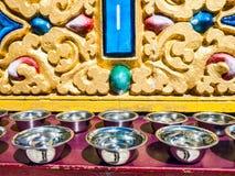 Cuvettes argentées de prière sur l'autel, Dharmshala Photos libres de droits