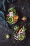 Cuvettes asiatiques délicieuses avec des nouilles, des légumes et des graines de sésame de riz sur le fond noir Vue supérieure photo libre de droits
