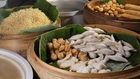 Cuvettes avec de divers plats asiatiques dans le wagon-restaurant Cuvettes en bois avec les plats thaïlandais traditionnels assor banque de vidéos