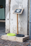 Cuvettes avec de l'eau la nourriture et pour les chiens Image libre de droits