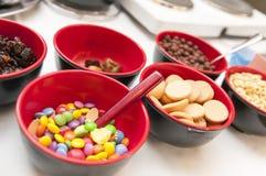 Cuvettes avec l'approvisionnement de sucreries prêt pour le banquet Images libres de droits