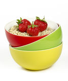 Cuvettes avec la farine d'avoine et les fraises fraîches Photographie stock libre de droits
