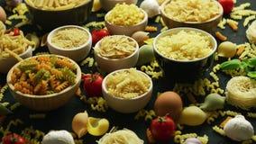 Cuvettes avec la variété de macaronis clips vidéos