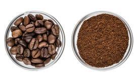Cuvettes avec le cafè de grain de café et moulu d'isolement sur le blanc Images libres de droits
