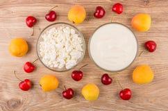 Cuvettes avec le fromage de yaourt et blanc, les merises et l'abricot Photo libre de droits