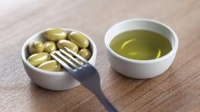 Cuvettes avec les olives et l'huile d'olive Image stock