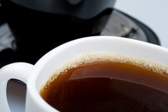 Cuvettes blanches et noires avec du thé Image stock