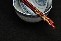 Cuvettes chinoises avec une paire de baguettes Photographie stock