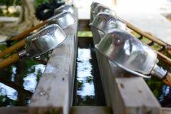 Cuvettes dans le temple japonais pour les mains et la bouche de lavage Photos stock