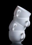 Cuvettes de café blanc sur le noir Images stock
