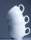 Cuvettes de café blanc sur le noir Image stock