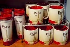 Cuvettes de café dans le café de sturbucks à Paris Photographie stock libre de droits