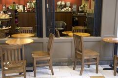 Cuvettes de café et grains de café frais autour Photo libre de droits