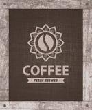 Cuvettes de café et grains de café frais autour Photographie stock