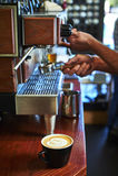 Cuvettes de café et grains de café frais autour Photos libres de droits