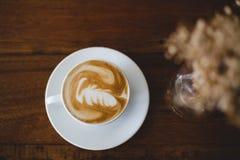 Cuvettes de café et grains de café frais autour Images libres de droits