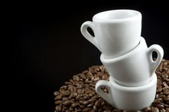 Cuvettes de café express sur des grains de café Photos libres de droits