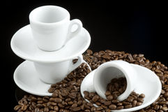 Cuvettes de café express sur des grains de café Images libres de droits