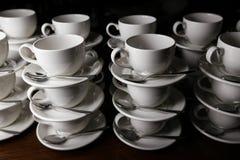 Cuvettes de café restauration Tasses sur une table en bois Photographie stock libre de droits