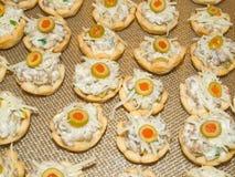 Cuvettes de fête de fromage de saucisse photos stock