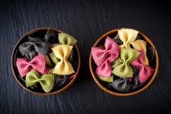 Cuvettes de farfalle de pâtes. Ingrédients pour la cuisson italienne. Images libres de droits