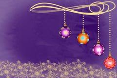 Cuvettes de Noël accrochant au-dessus des flocons de neige d'or dessus Photos libres de droits