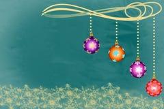 Cuvettes de Noël accrochant au-dessus des flocons de neige d'or dessus Image stock
