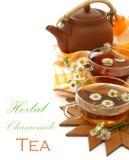 Cuvettes de thé avec la camomille et la théière o d'argile Photos stock