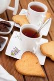Cuvettes de thé avec les biscuits et le chocolat Images libres de droits