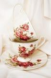 Cuvettes de thé de cru avec des roses Image stock