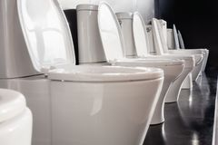 Cuvettes des toilettes en céramique blanches Photographie stock