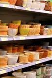 Cuvettes en céramique dans le supermarché Photo stock