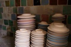 Cuvettes en céramique empilées images libres de droits
